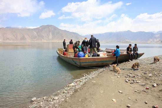 Met houten boot op weg naar Samye-1220